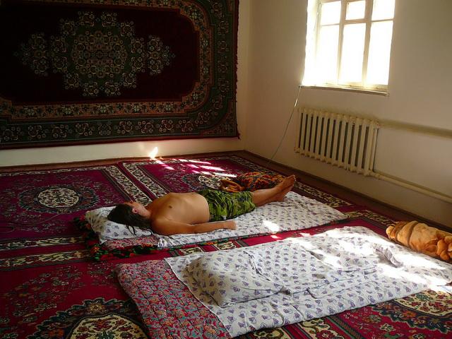 восточная традиция - спать на полу