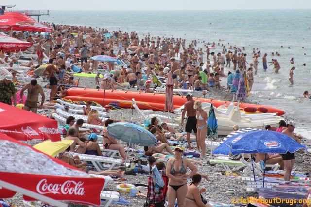 Пляжи на черном море обилие отдыхающих (китайский пляж).