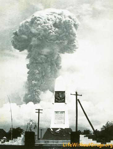 Столб дыма на Агунге в 1963 году
