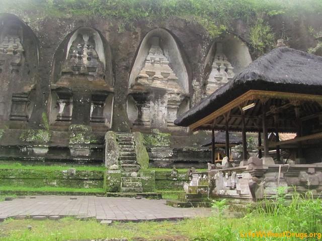 Гробницы в Гунунг Кави