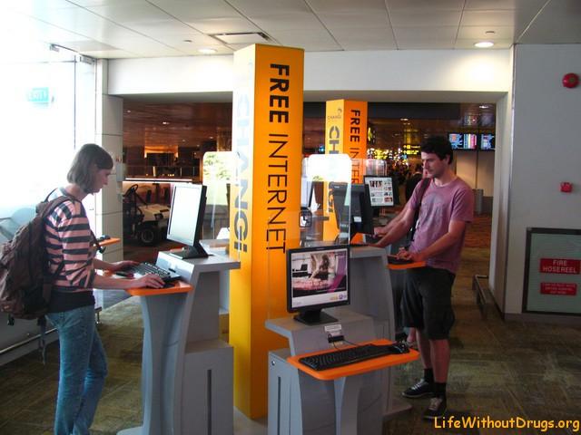 Стойки с бесплатным интернетом в аэропорту Сингапура