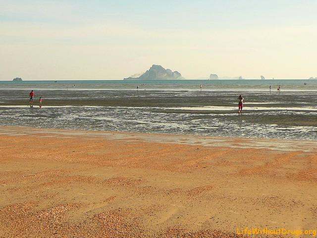 Пляж Ао Нанга в отлив