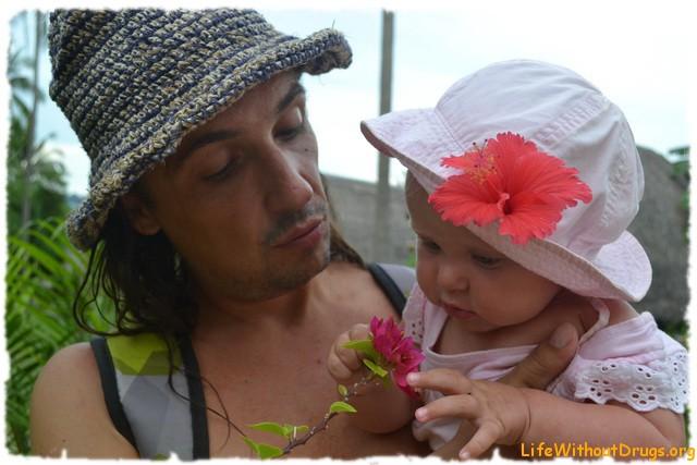 Малышка рассматривает цветочки