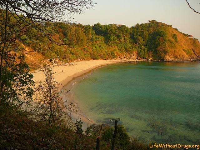 пляж Нуи Бэй, где находиться хижина местного Робинзона.