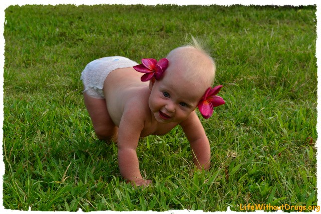 Малышка ползает по травке