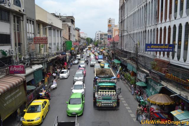 Вид с пешеходного моста в районе Маленькой Индии в Бангкоке