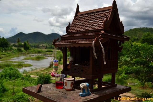 Пай и местный домик для духов