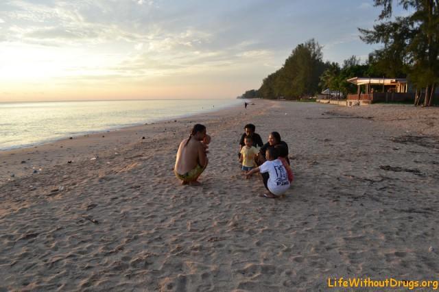 Ярослава и папа знакомятся с местными жителями острова Ко Ланта