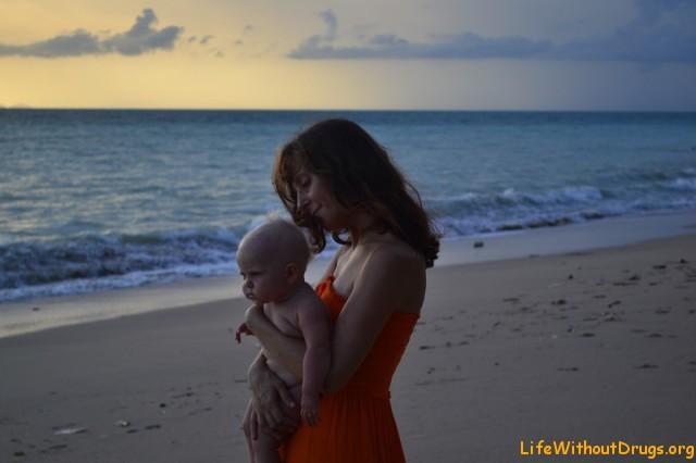 Мама и дочка на в ожидании чудесного заката