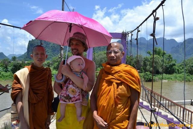 Мы в Лаосе. Гуляем под зонтиком от жаркого солнца