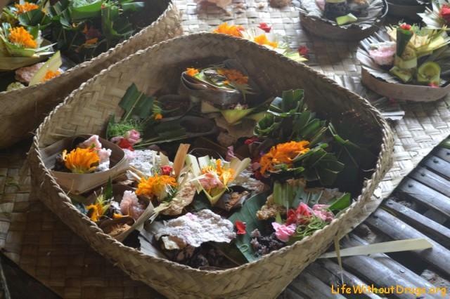 Подношения злым и добрым духам на Бали