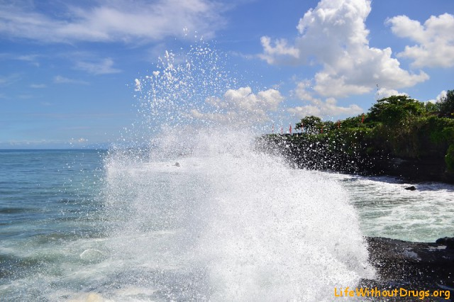 Большие волны у храма Танах Лот