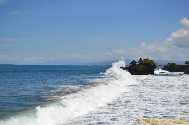 Танах Лот и океан