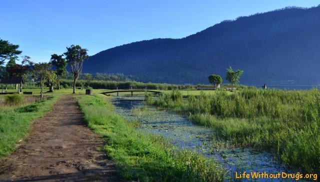 Озеро Братан в утреннем свете лучей