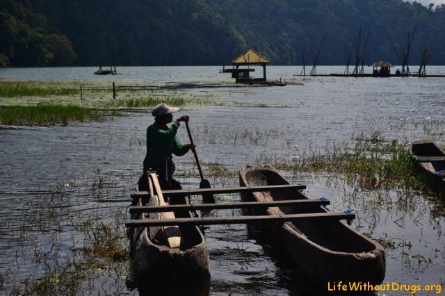 местная лодка на веслах