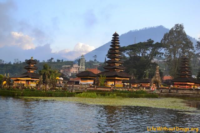 Храм Улун Дану Братан в облаках и тумане
