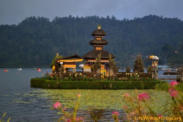 Пагода в 3 яруса на озере Братан