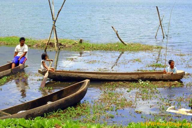 Дети в лодке на озере Буян
