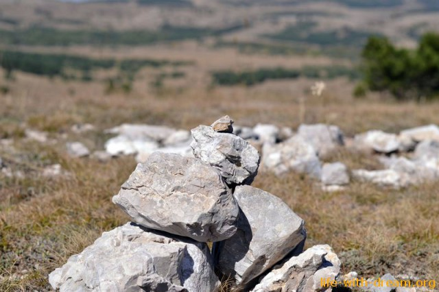 Камни на холме