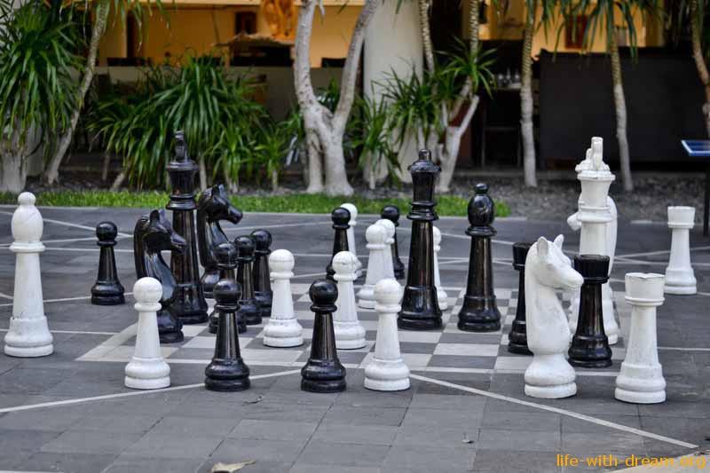 Большие шахматы около бассейна