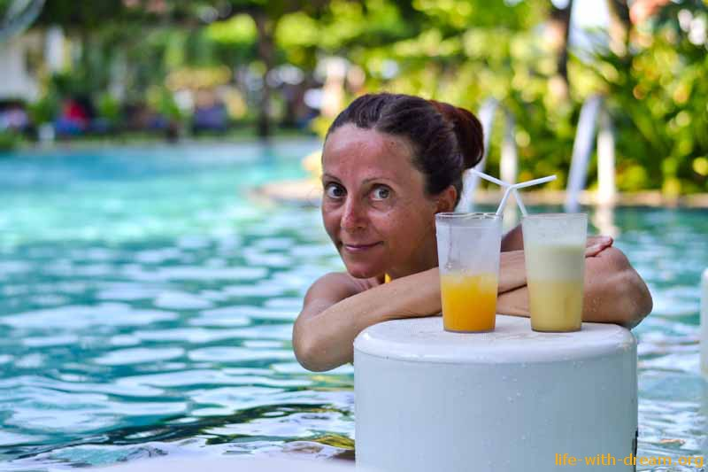 Бар Coconut у бассейна в отеле Grand Mirage Resort Thallaso Bali