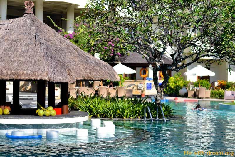 Бар Коконат у бассейна в отеле Grand Mirage Resort Thallaso Bali