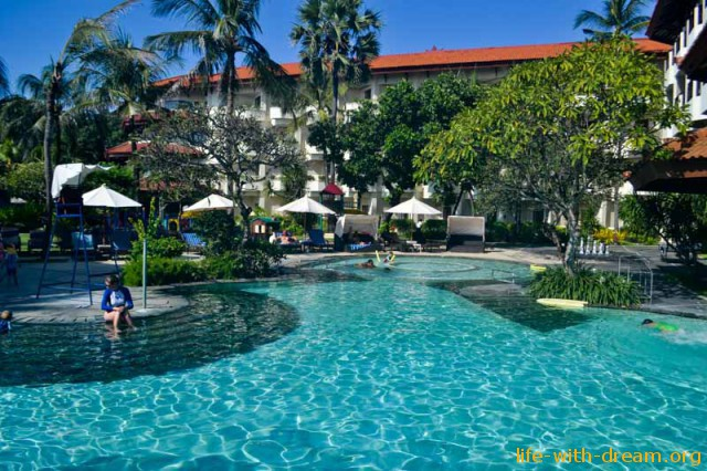 бассейн в отеле Grand Mirage Resort Thallaso Bali