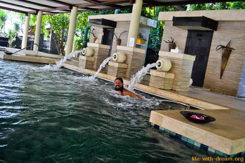 Бассейн с морской водой и джакузи в отеле Grand Mirage Resort Thallaso Bali
