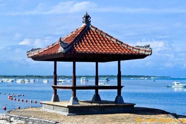 Живописная беседка на пляже отеля Grand Mirage Resort Thallaso Bali