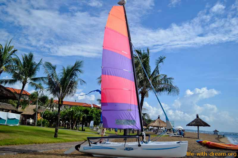 Катамаран на пляже отеля Grand Mirage Resort Thallaso Bali