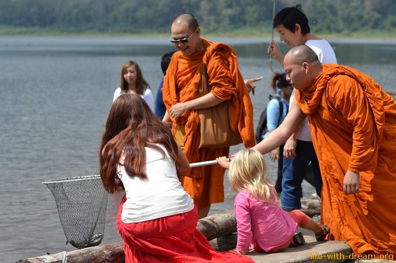 Как мы ездили к озеру Тамблинган и участвовали в буддийской церемонии «освобождения живых существ»