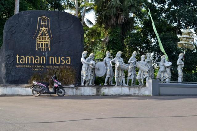 На въезде в парк Таман Нуса