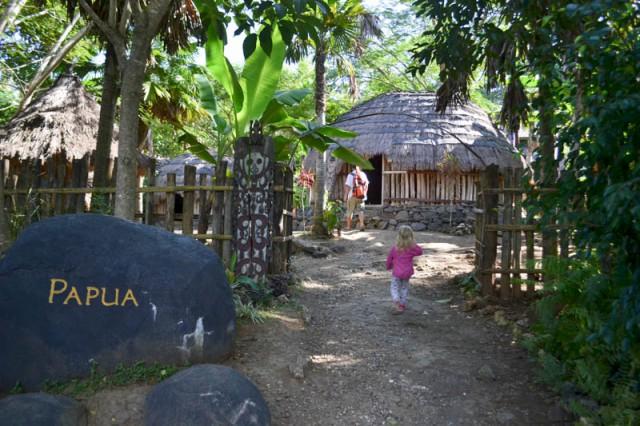 Деревня Папуасов в парке Таман Нуса