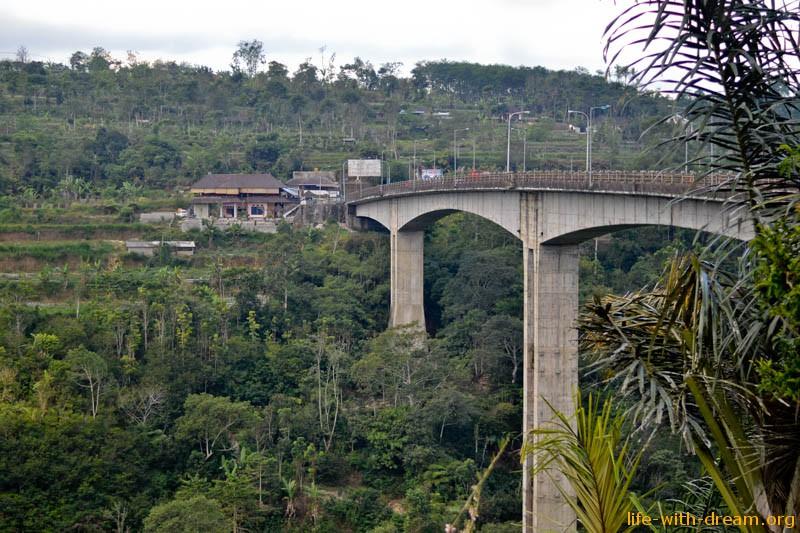 огромный мост на Бали
