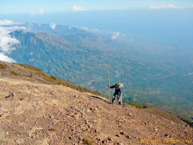 к вершине на вулкан Агунг