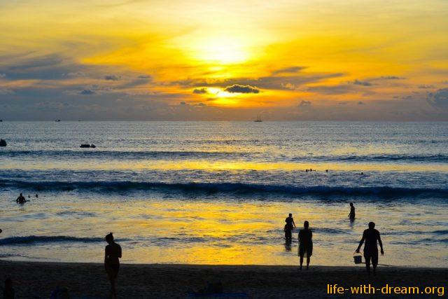 Пляж Ката на закате