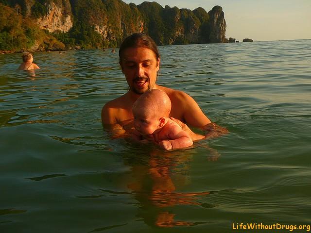 Папа учит Ярославу плавать