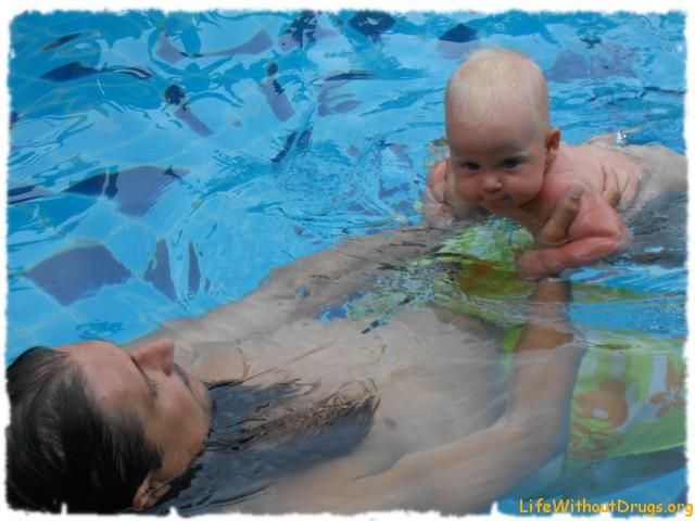 Вместе с папой весело учиться плавать!
