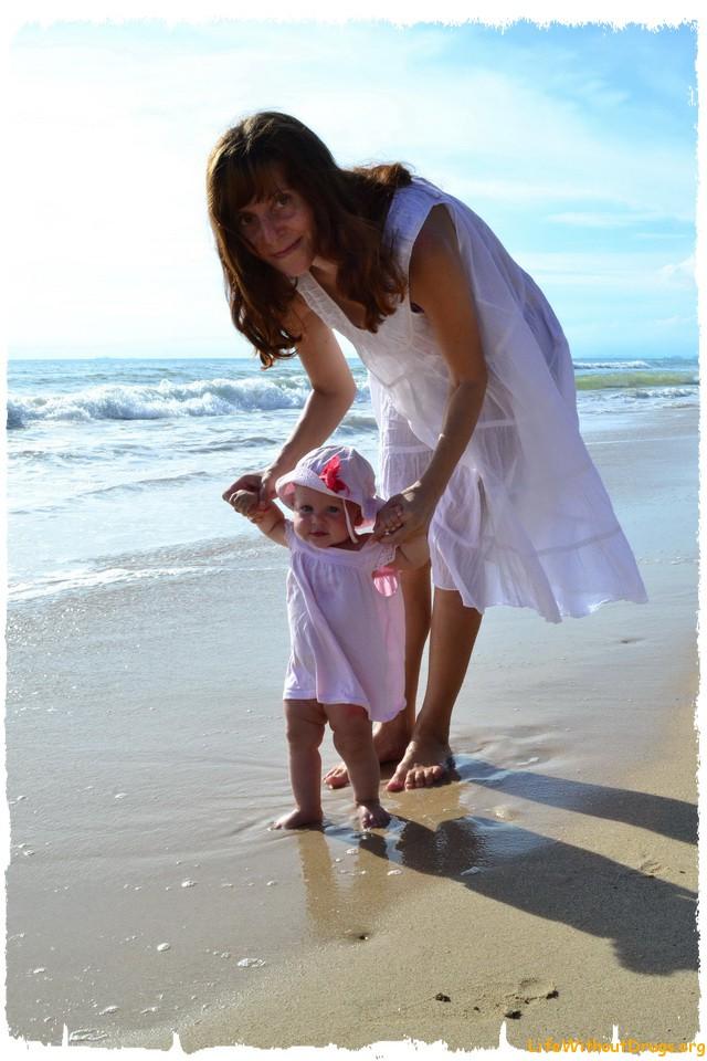 Мы с дочкой гуляем по берегу на ко Ланте