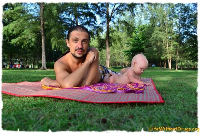 Папа и Ярослава в казауриновом лесу на полянке, дочке полгода