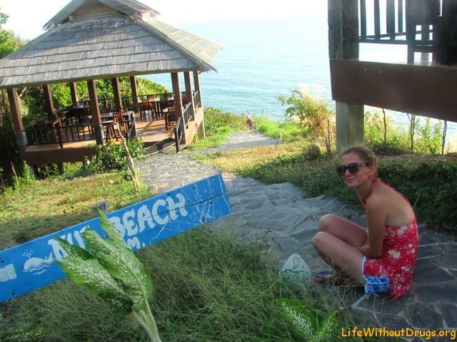 Спускаемся к красивому пляжу на Ланте