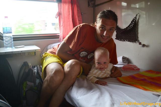 С маленьким ребенком на поезде в Таиланде.