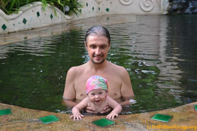 Папа и дочь купаются