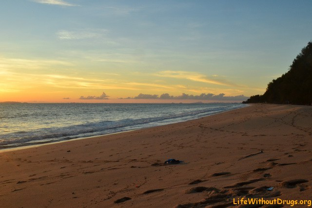 Просто пляж Лонг Бич на закате