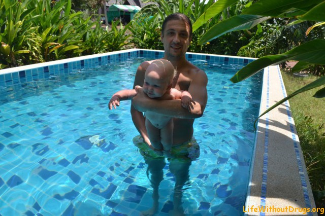 Упражнения для грудничков в воде