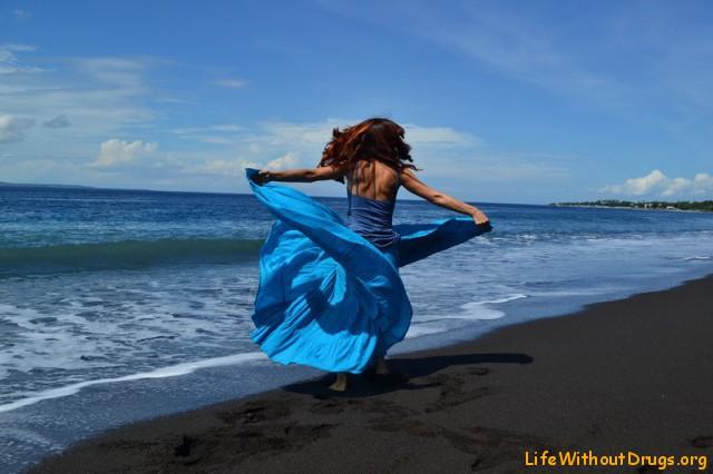 Пляж с черным песком на Бали