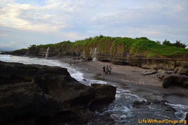 Танах Лот, пляж с черным песком и водопадами