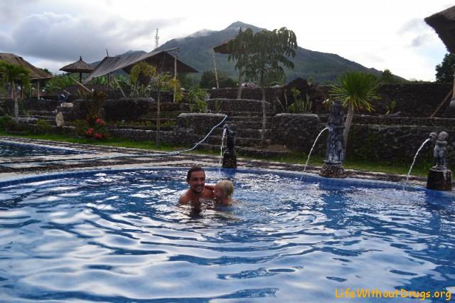Горячие источники около вулкана и озера Батур