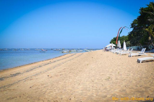Пляж Санур. Обитель пенсионеров и детей на острове Бали.
