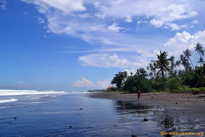 пляж с черным песком фото1